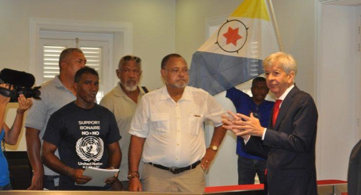 Minister Plasterk avoids confronting Bonaire protestors
