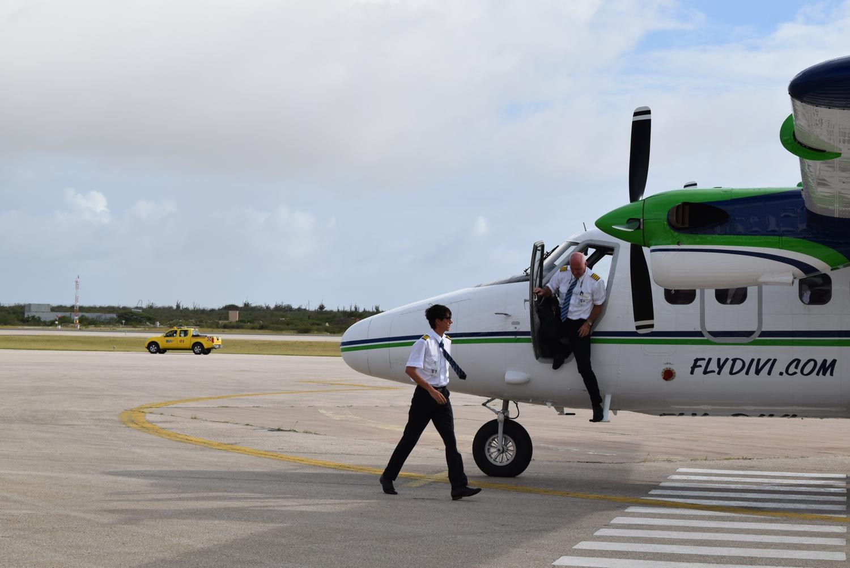 Richie stapt uit twinotter bij inaugurele vlucht