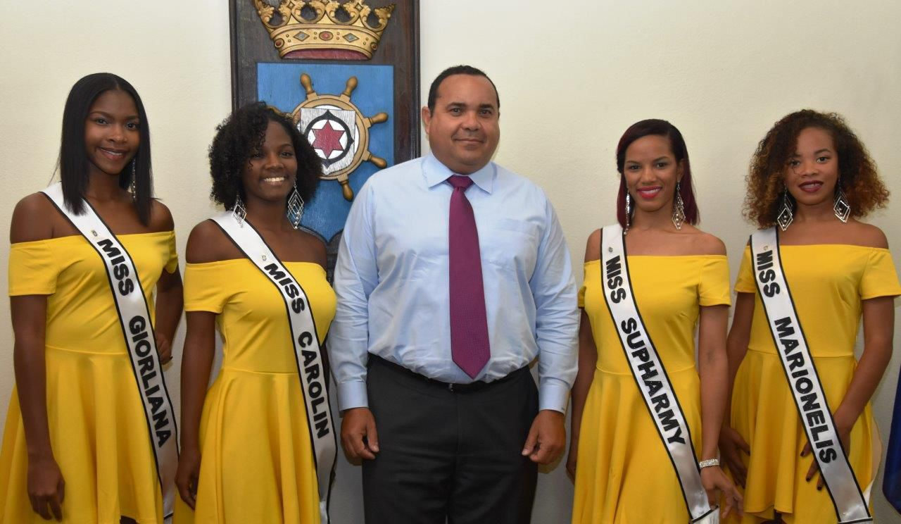 Rijna with candidates Miss Tourism