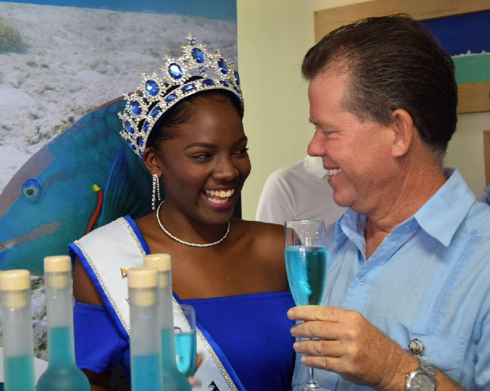 Maurice Adriaens met Miss Tourism Bonaire