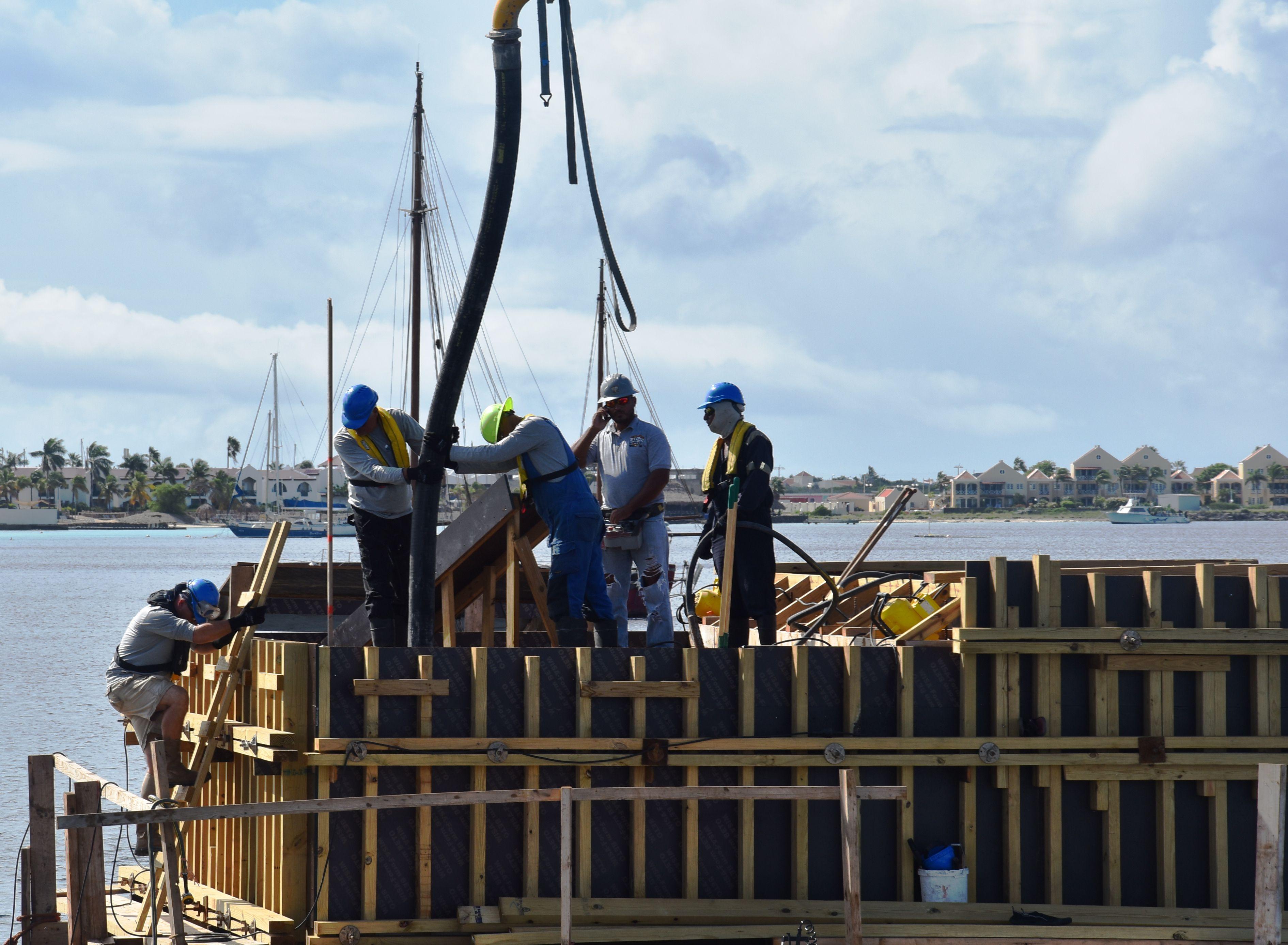 Eerste liters beton gestort restauratie pier